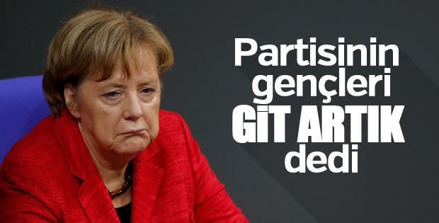 Gençlik kolları Merkel'in istifa etmesini istiyor