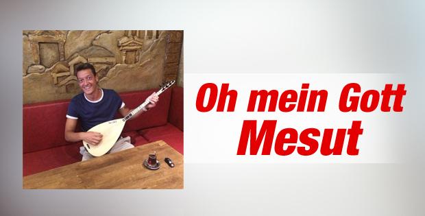 Mesut Özil bağlama çaldı