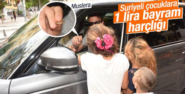 Muslera çocuklara 1 lira bayram harçlığı verdi