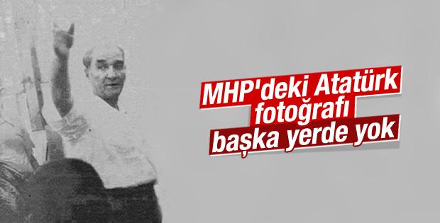 Bozkurt işareti yapan Atatürk