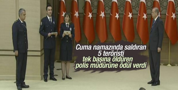 Erdoğan'dan kahraman polis müdürüne ödül