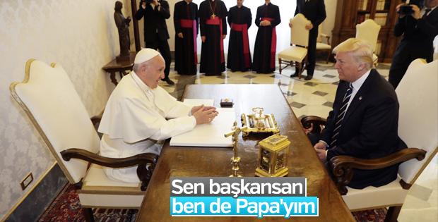 Trump'ın Papa karşısındaki el pençe duruşu