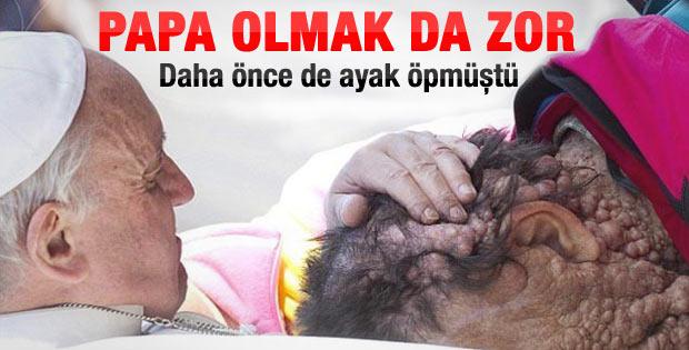 Papa Franciscus önce dua etti sonra öptü