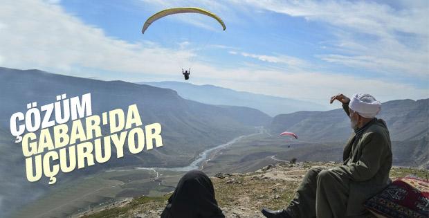 Siirt'teki dağlarda yamaç paraşütü keyfi