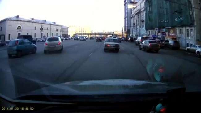 Kadın sürücüden inanılmaz park etme tekniği - izle