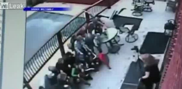 ABD'de bir grup fotoğraf için poz verirken balkon çöktü