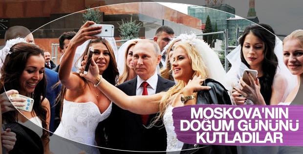 Genç kızların Putin'le selfie yarışı