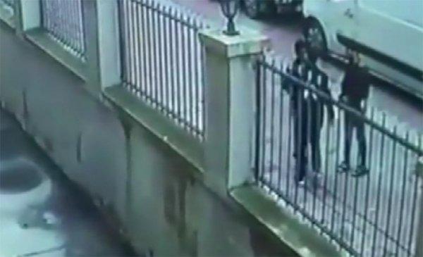 İstanbul´da sokak ortasında gasp dehşeti kamerada