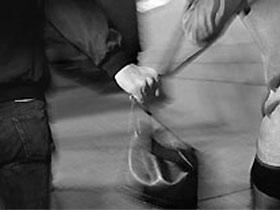 Kabataş'ta bir kapkaççı kendi çantasını kaptırdı