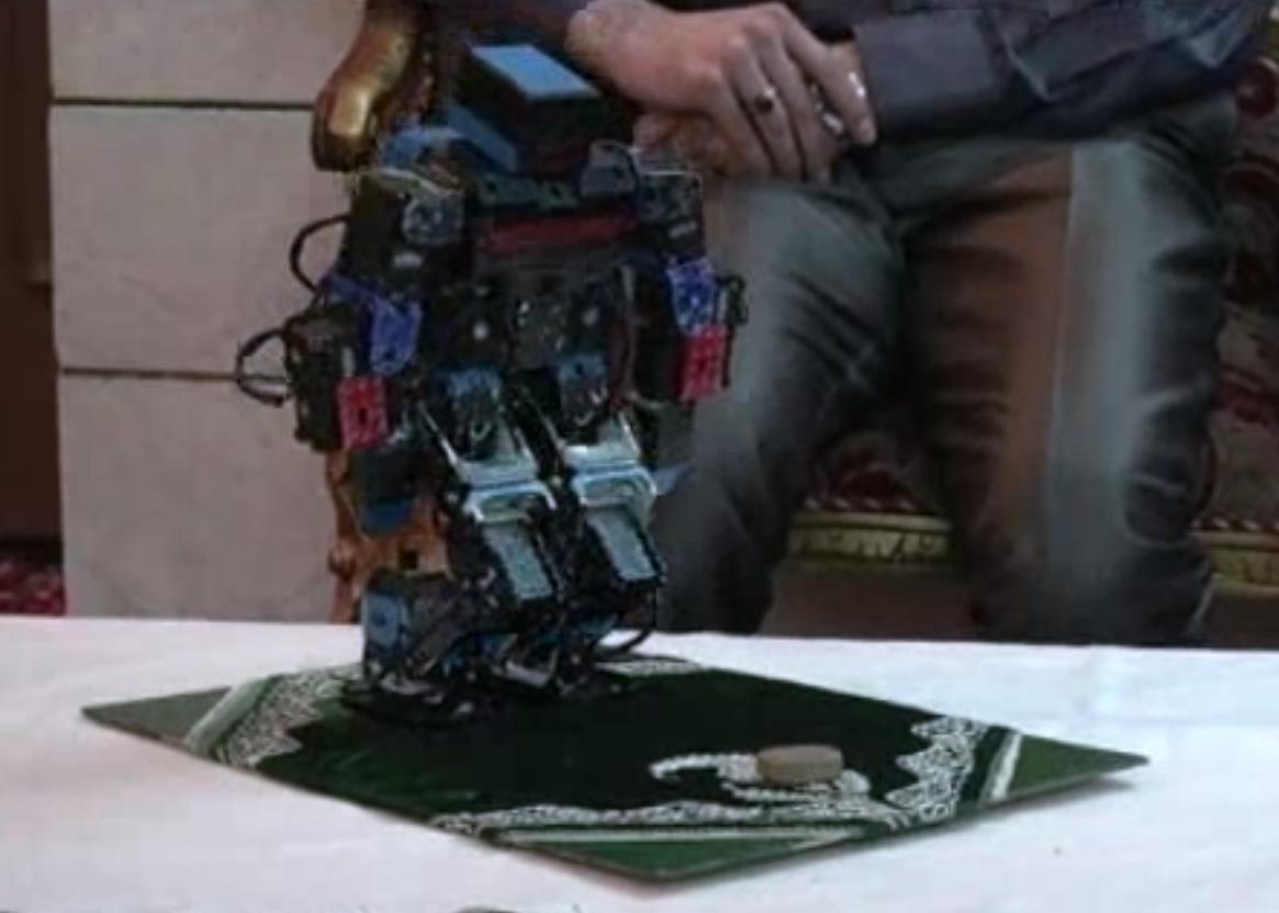 İranlı öğretmen namaz kılan robot geliştirdi İZLE