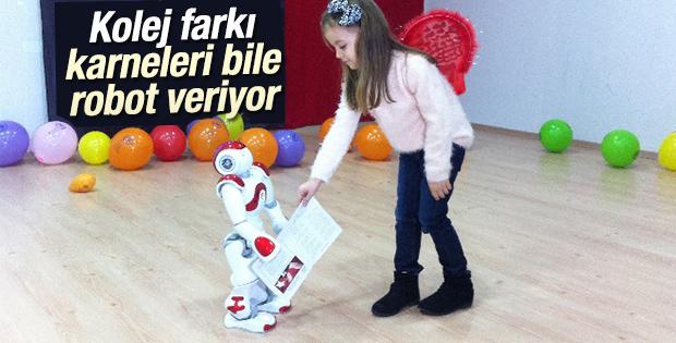 İstanbul'da bir kolejde karneleri robot dağıttı