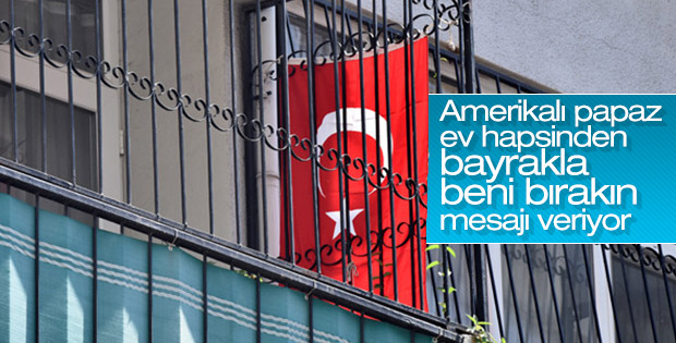 ABD'li rahip Brunson'ın evine Türk bayrağı asıldı