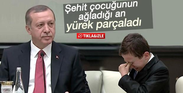 Erdoğan ağlayan şehit çocuğunu teselli etti