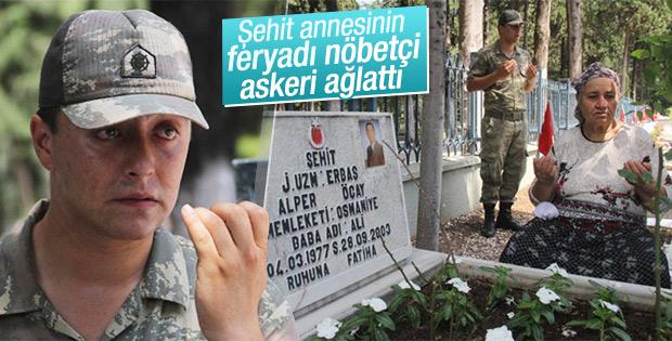 Şehitlikte nöbetçi askerin gözyaşları