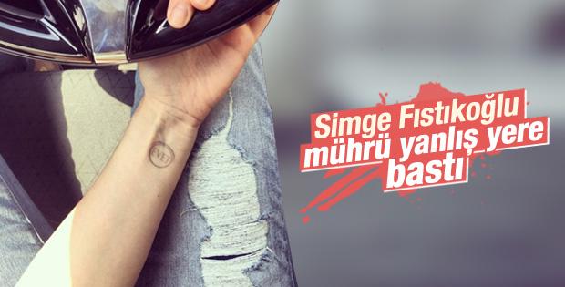 Simge Fıstıkoğlu oy kaşesini koluna bastı