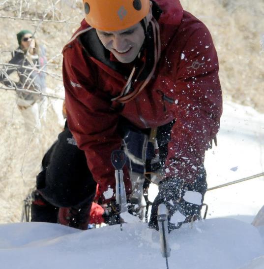 Dağcılar buz tutan Seraphin Şelalesi'ne tırmandı