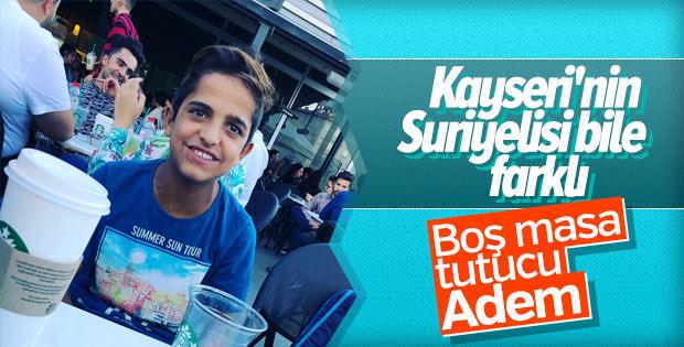 Boş masa ayarlayan Suriyeli Adem