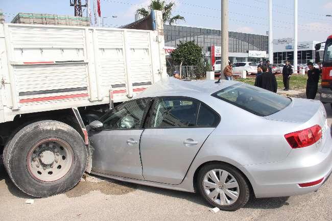 Adanalı kadın sürücü duran kamyonun altına girdi İZLE