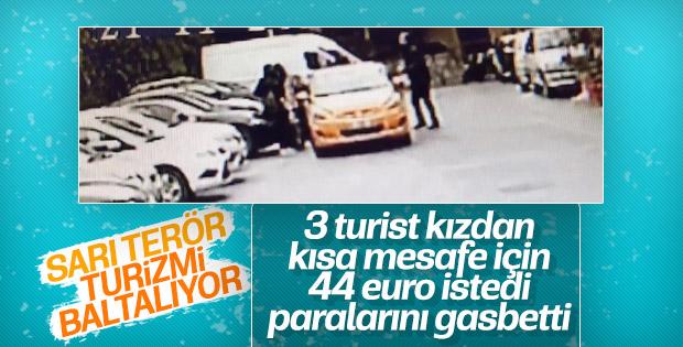 Taksici 3 kadın turistin parasını alıp yüzüne tükürdü
