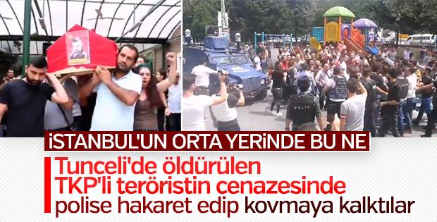 Terörist cenazesinde polise saldırı