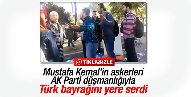 İzmir'de AK Parti standına saldırdılar