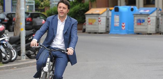 İtalya'ya kravatsız ve bisikletli başbakan