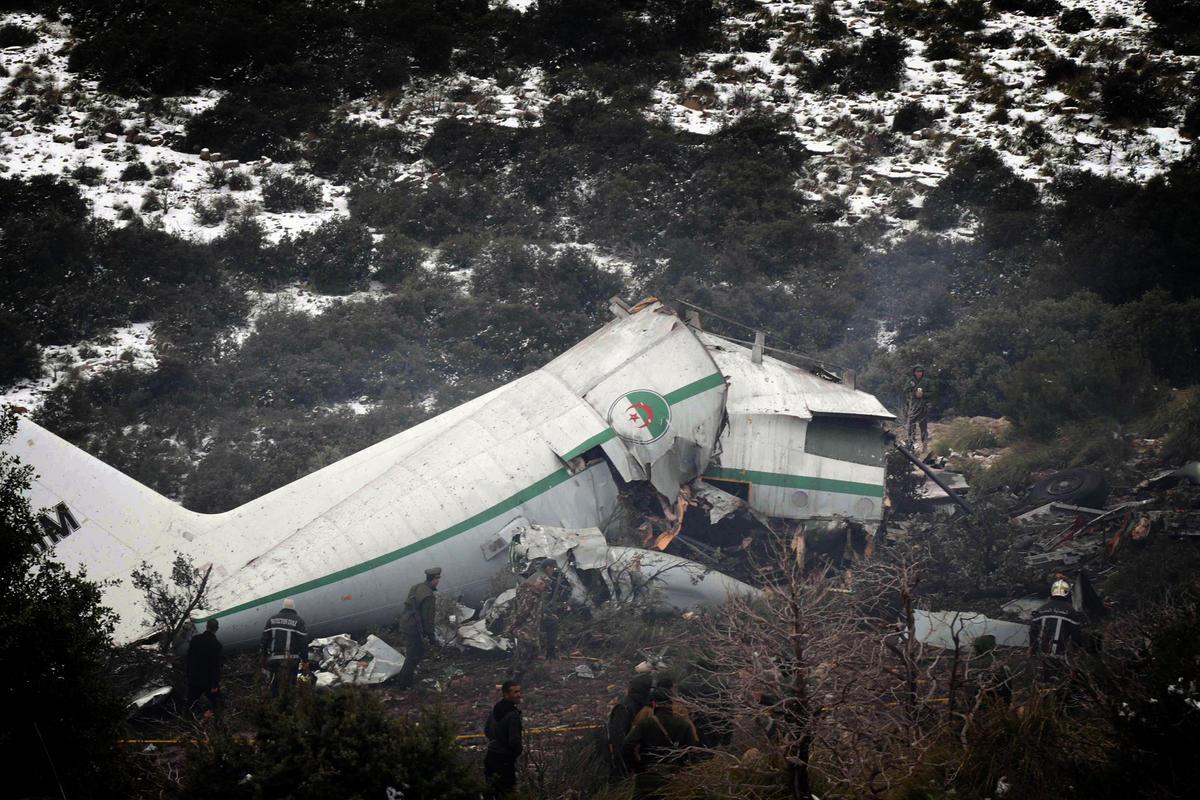 Cezayir'de askeri nakliye uçağı düştü