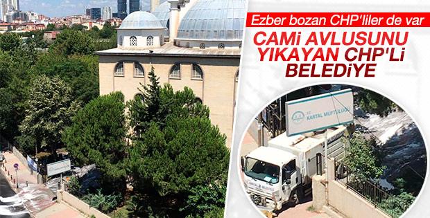 CHP'li Kartal Belediyesi cami avlularını tek tek yıkadı