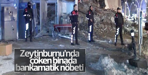 Polis çöken binanın önünde para nöbeti tuttu