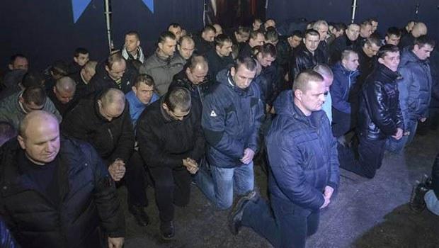 Ukrayna polisi halkın önünde diz çökerek özür diledi İZLE