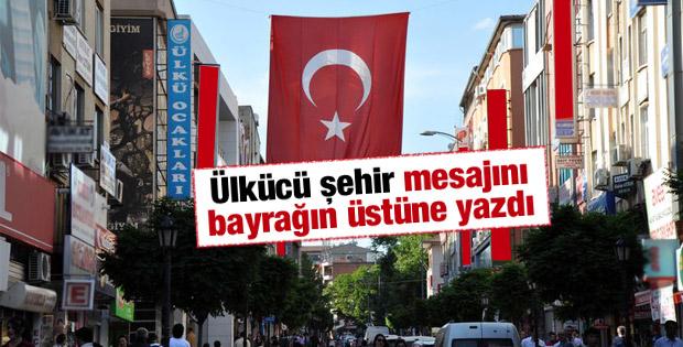 Kırıkkale'de Ülkü Ocakları caddeye Türk Bayrağı astı