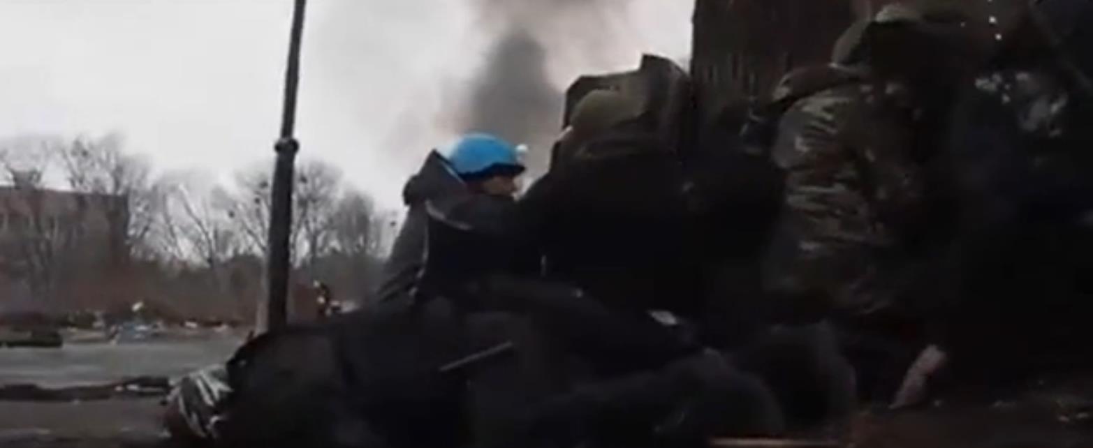 Ukrayna'da protestocular cesetleri siper olarak kullandı - izle