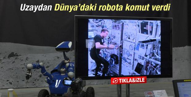 Dünya'daki robotu uzaydan hareket ettirdi İZLE