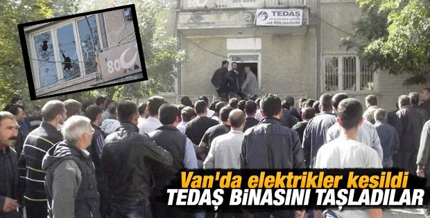 Van'da elektrik kesilince TEDAŞ binasını taşladılar