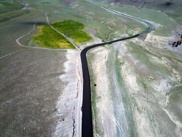 Doğudaki köy yolları asfaltla buluşuyor