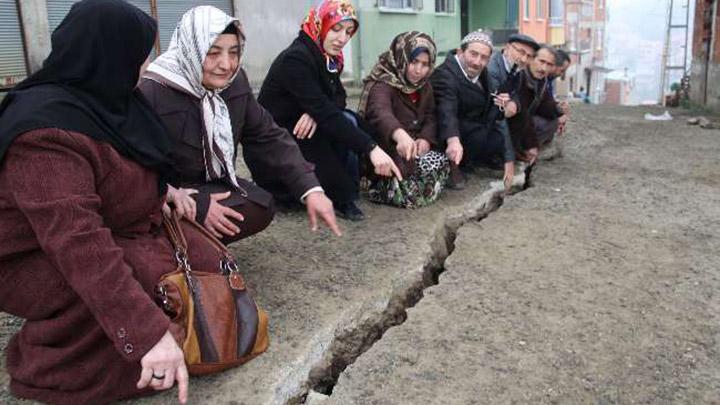 Giresun'da çatlayan yol mahalle halkını tedirgin ediyor