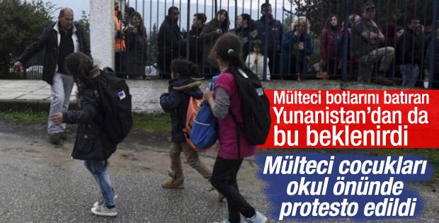 Yunanistan'da okula giden mülteci çocuklara protesto