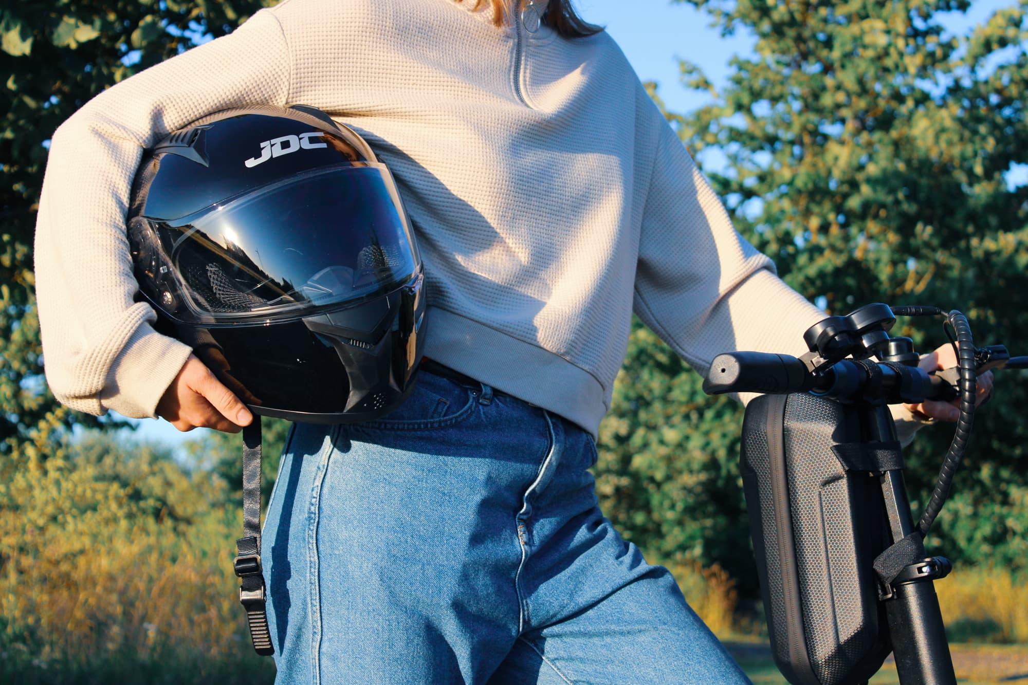 Elektrikli scooter kullanırken koruyucu ekipman şart #1