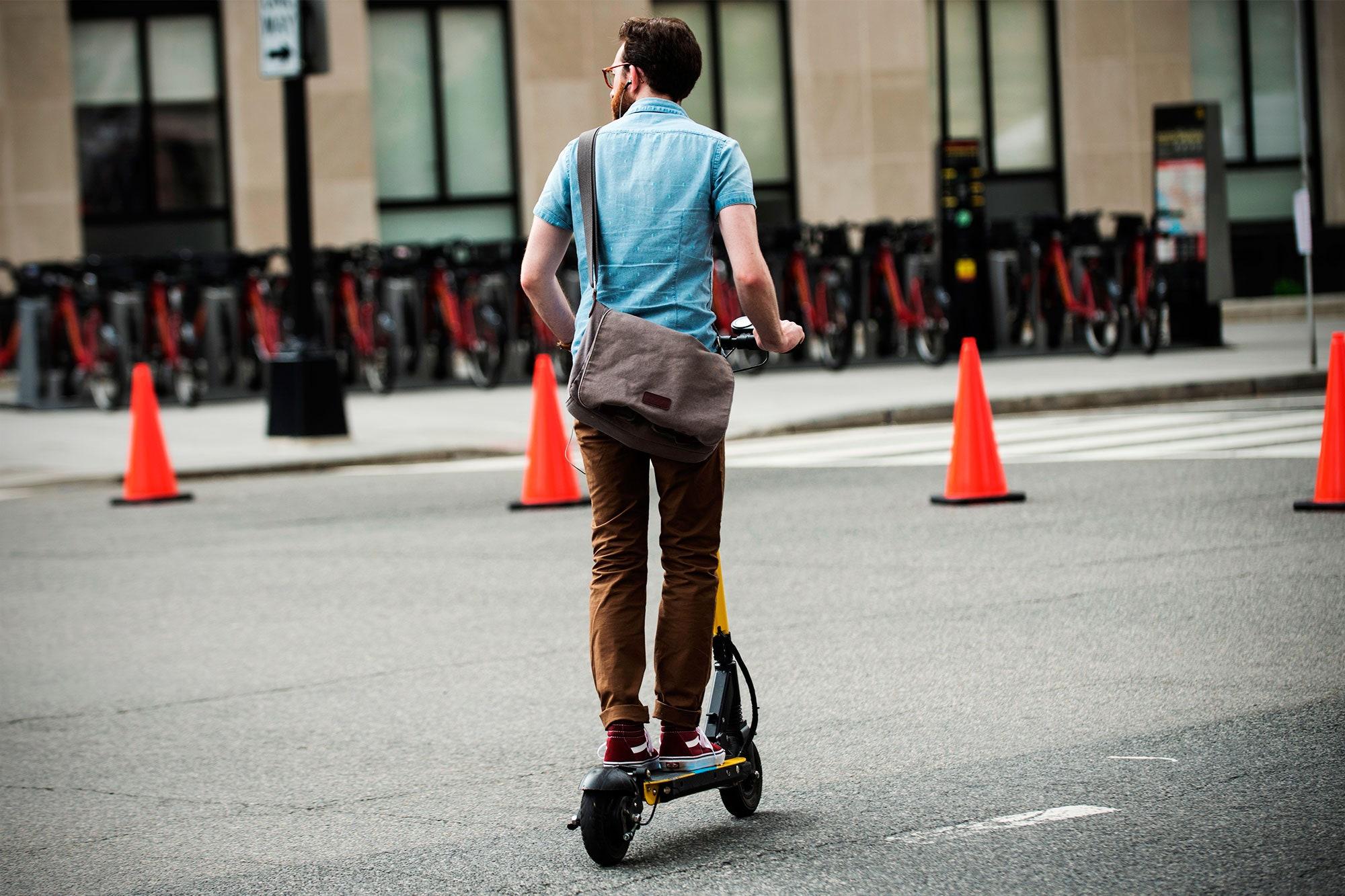 Elektrikli scooter kullanırken koruyucu ekipman şart #2