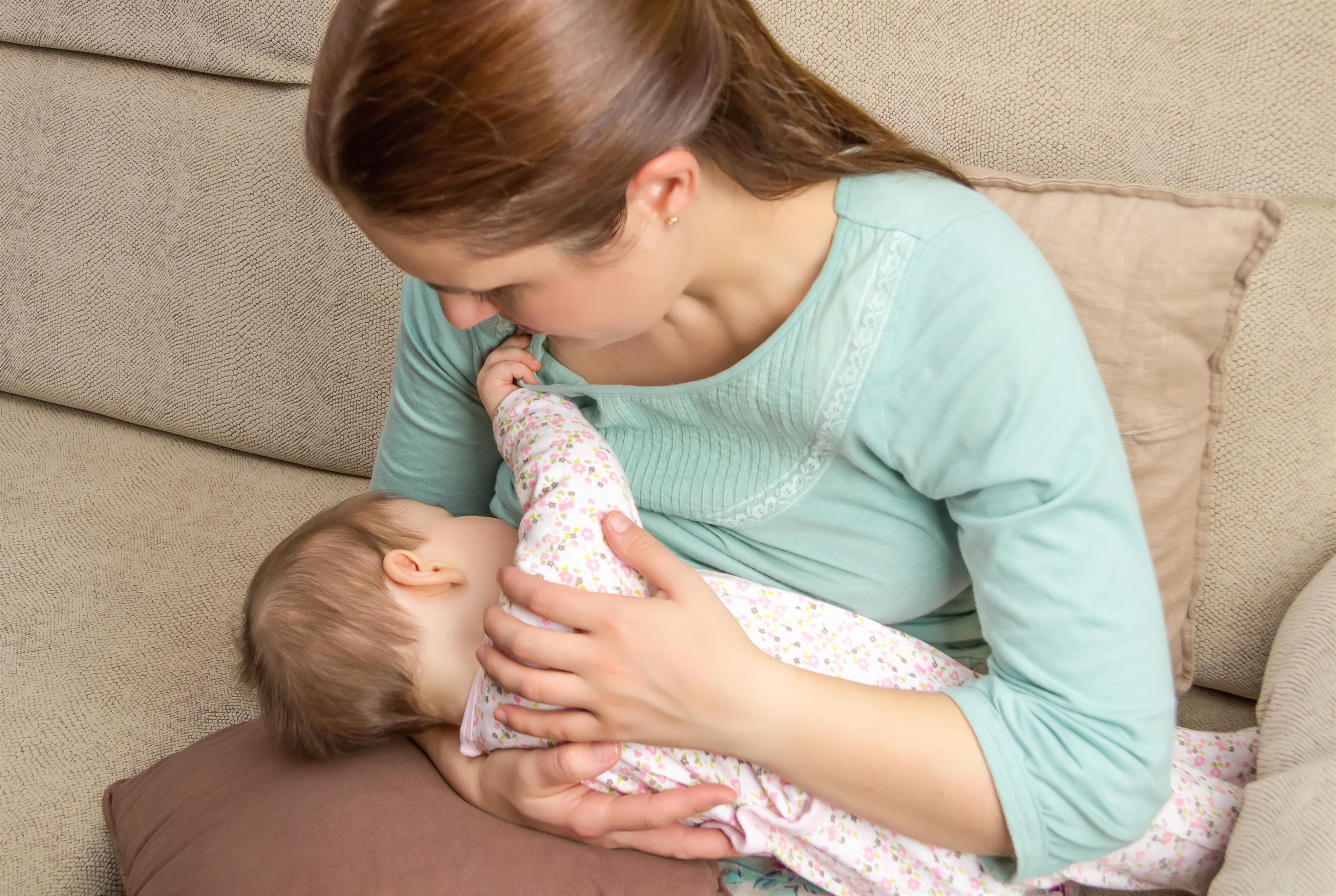 Yeni anneler için en etkili 3 emzirme pozisyonu #1
