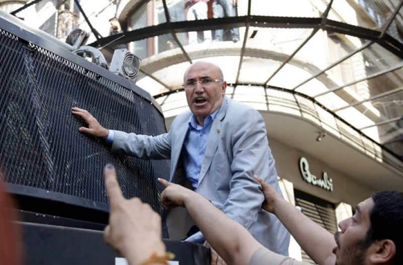 CHP'li Mahmut Tanal TOMA'nın üzerine çıktı