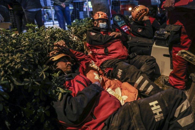 İzmir'de arama kurtarma ekiplerinin zorlu mesaisi
