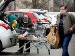 İsveç'te yaşlılardan poşet taşıma parası alıyorlar