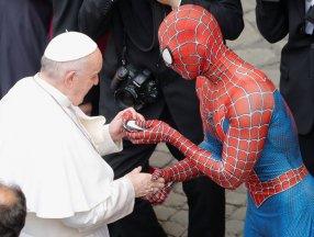 Örümcek Adam kostümüyle Papa'nın konuşmasına katıldı