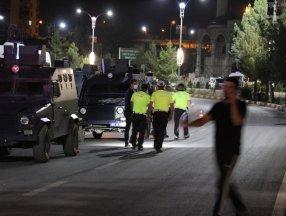 Siirt'te kaza sonrası mahalleli yolu trafiğe kapattı