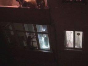 Beyoğlu'nda bıçakla oğlunu rehin alan babaya polis müdahalesi