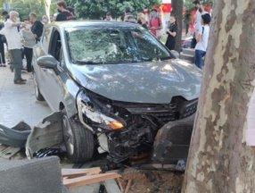 Kadıköy Bağdat Caddesi'nde kaldırımda yürüyen kadına araç çarptı