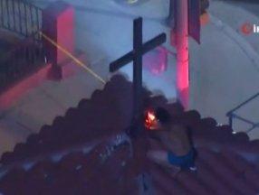 ABD'de bir kişi kilisenin çatısındaki haçları yakmaya çalıştı