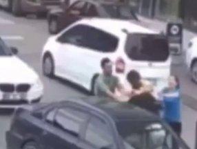 Avcılar'da kadın sürücünün eşi araçtan inip trafikte yumruklu kavga etti