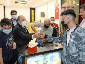 Bakan Varank Sivas'ta dondurma tezgahına geçti
